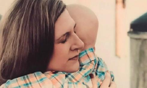 Lời từ biệt mẹ đầy nước mắt của em bé ung thư trước khi qua đời